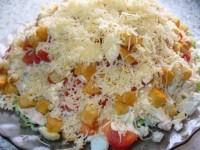 Нереально вкусный салат с курицей, овощами, сухариками и сыром!