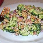 Салат из свежей капусты брокколи с беконом