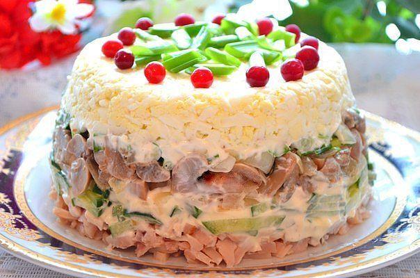 Салат из копченой грудки и маринованных шампиньонов