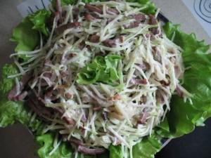 Салат с курицей и зеленой редькой