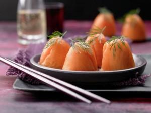 Суши-яйца с копченым лососем.