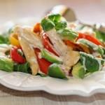 Салат из курицы с овощами и авокадо