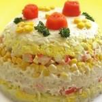 Слоеный салат с крабовыми палочками и рисом