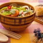 Овощной салат с сыром и перцем чили