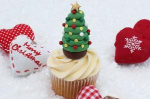Замечательно украсить новогодний десерт можно очень просто. Для этого сделайте елочку из мастики.  Такое новогодней украшение из мастики выглядит замечательно. Делается очень просто, да и украсить елочку можно по-разному.  Вам понадобится: Мастика Пищевые красители Стек для мастики Плунжер «звездочка» Пищевой клей Кондитерская скалка  Как сделать елочку: Сначала сделайте верхушку. Для этого окрасьте мастику в любой цвет, раскатайте, плунжером вырежьте звездочки. Вместо плунжера можно использовать формочки для печенья.   Окрасьте мастику в зеленый цвет. Скатайте тонкие «колбаски» длинного размера. Начинайте их скручивать по спирали.  Постепенно суживайте к верхушке. Получится вот такая заготовка.  Украшения можно сделать из мастики или конфет-драже. Прикрепите их к елочке.  Наверх поместите звездочку.  Подождите, пока елочка из мастики полностью высохнет. Затем украсьте фигуркой торт или пирожные. Веселых праздников! -шаг 6