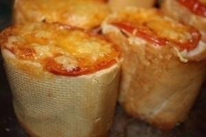 Оригинальная закуска быстрого приготовления – Пенечки из багета с начинкой
