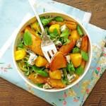 Горячий салат с сыром, манго и персиками