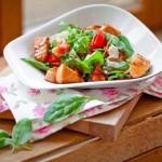Салат с красной рыбой и овощами в медовом соусе