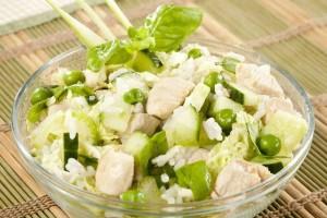 Салат с курицей и рисом – отлично подойдет к праздничному столу