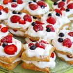 Пирожные с клубникой и слоеным тестом